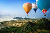 Fotografia mongolfiere galleggiante fino al cielo