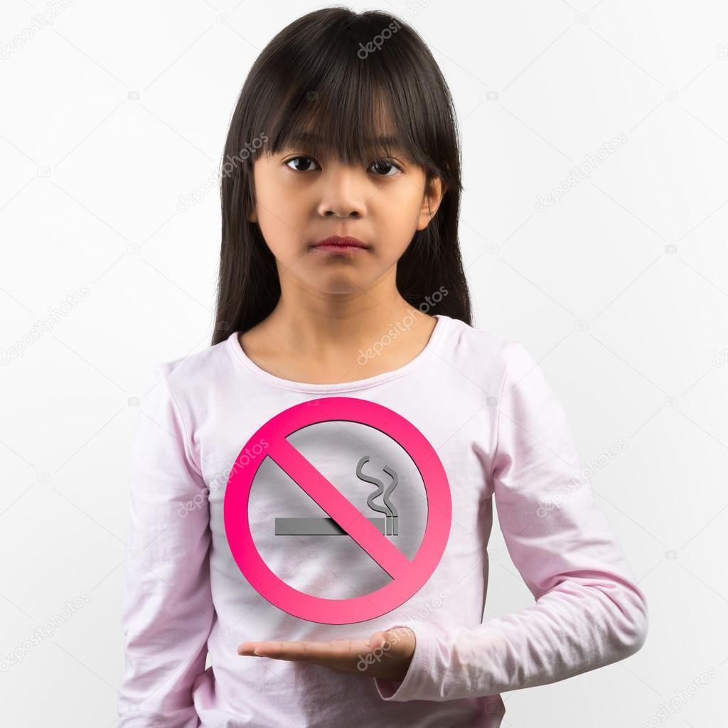 de fumar niña asiatica