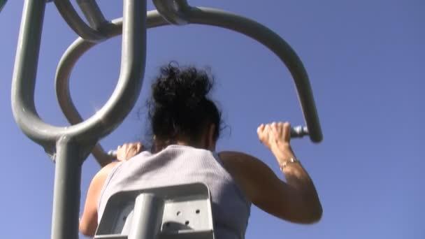 žena cvičení na stroji