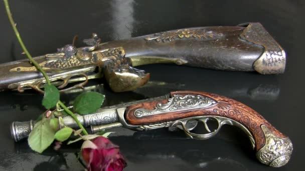 Antik fegyverek és rózsák