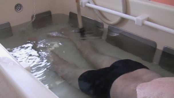 masáž chodidel a nohou vodním paprskem