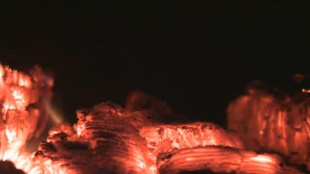 rudé uhlíky a oheň