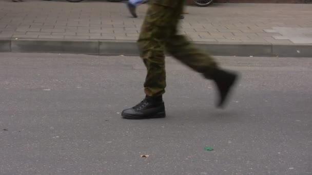 Soldaten, die marschieren