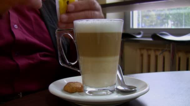nalévání cukr do kávy latte