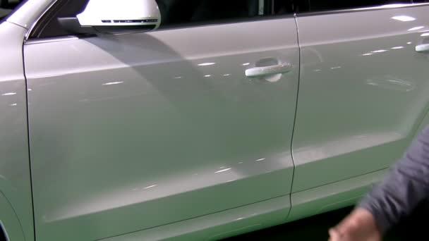 handshake. bílé auto dohoda