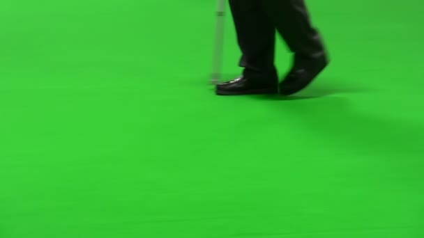 muž s holí izolovaných na zeleném pozadí
