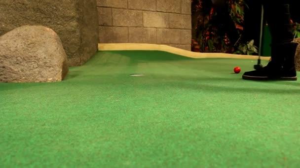 Mädchen spielen Golf indoor