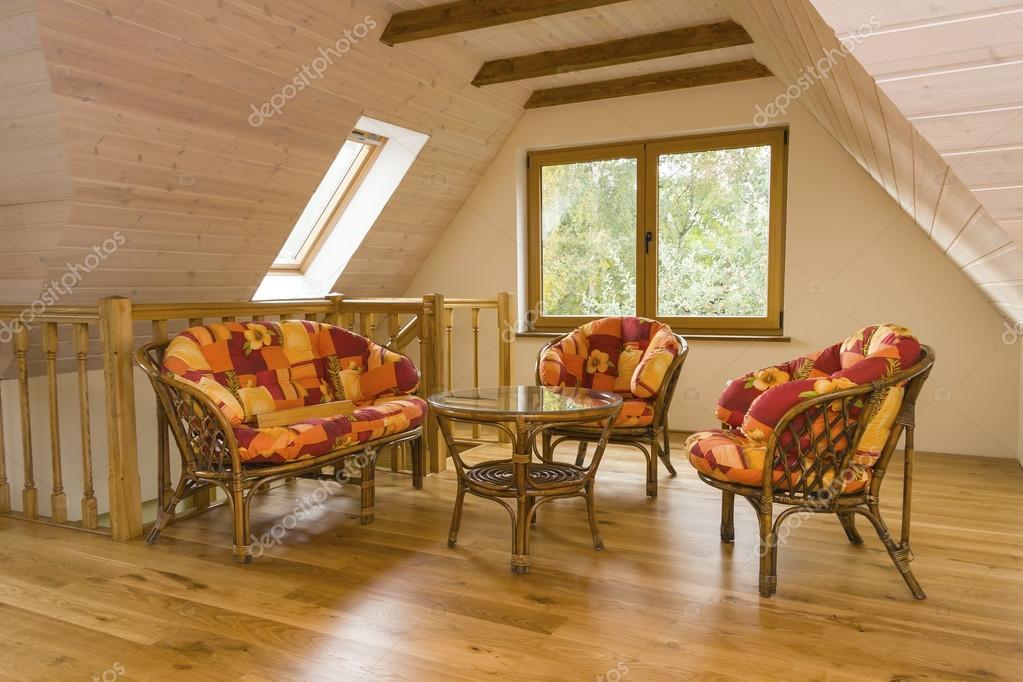 Pareti Ricoperte Di Legno : Camera mansardata con mobili da giardino pareti rivestite con