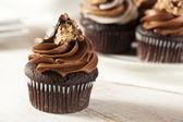Fotografia in casa cupcake al cioccolato con glassa di cioccolato