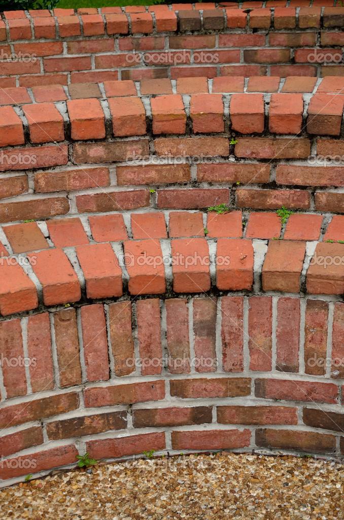 Bancs de jardin de brique courbée — Photographie DeBuskPhoto ...