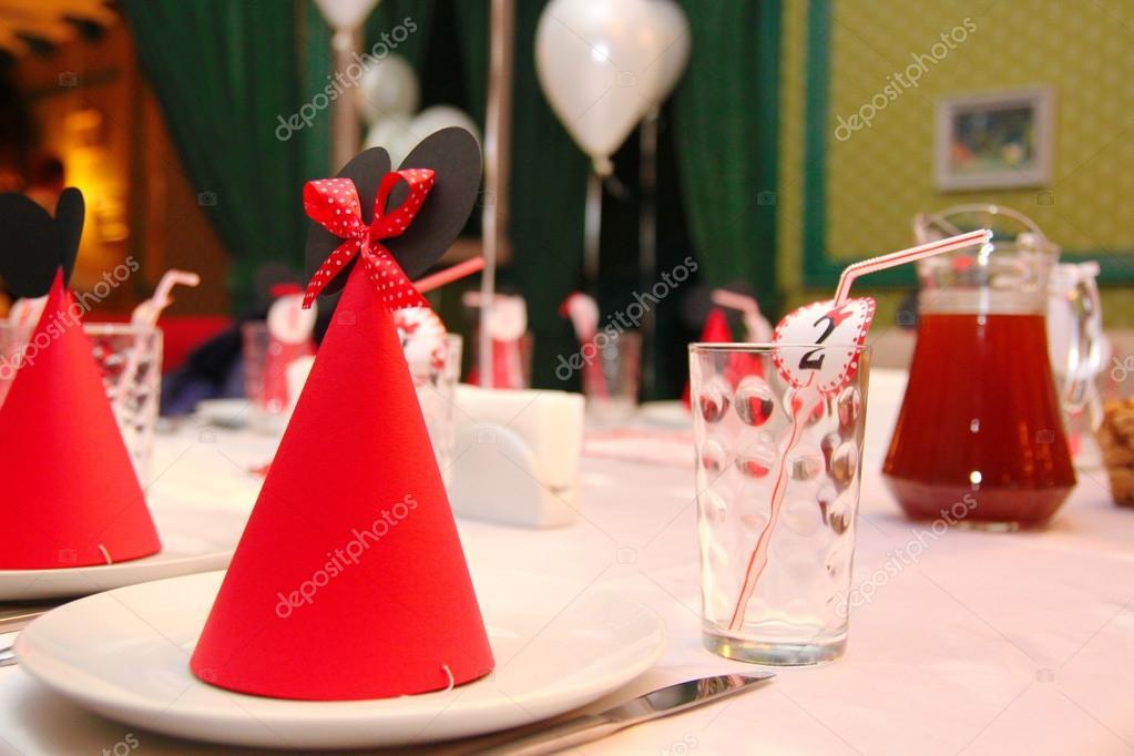 gorros de cumpleaños con el emblema de mickey mouse — Foto editorial ... b270ffdacea