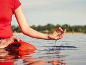 mladá žena dělat cvičení jógy