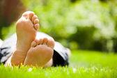 mladý muž relaxační na zelené trávě