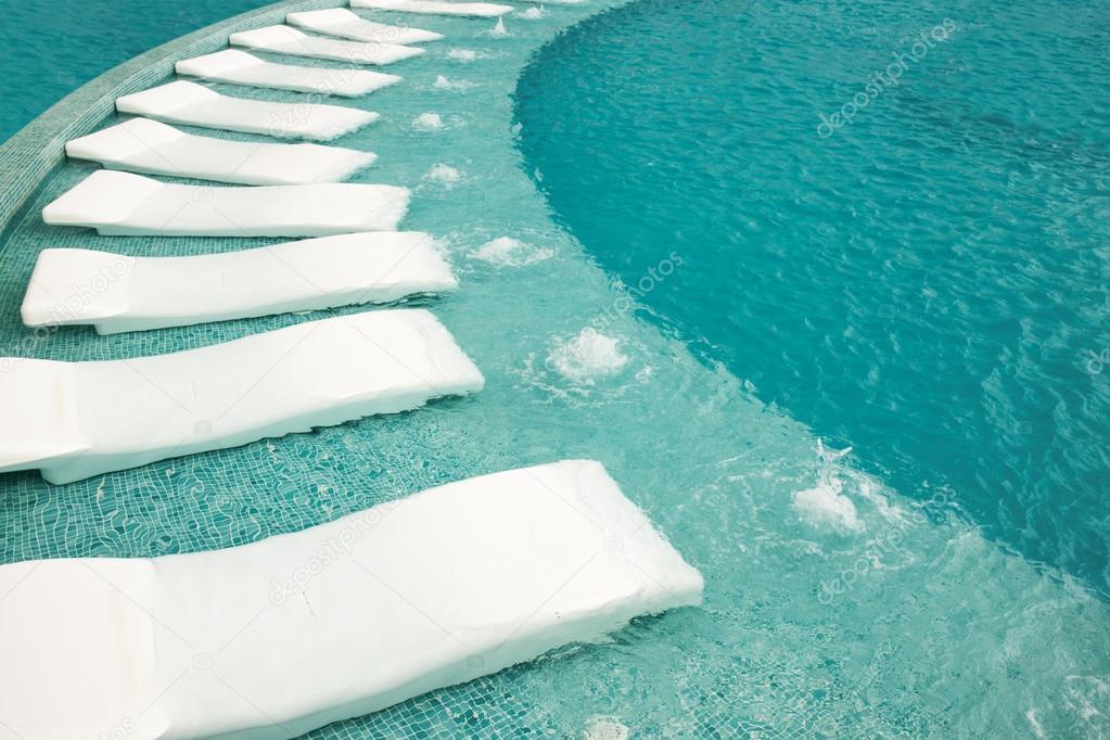 G zel resort havuz bo ezlong stok foto maximkostenko for Hamacas de piscina