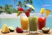 bunte Cocktails mit Obst am Strand
