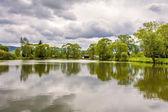 přírodní krajina s rybníkem