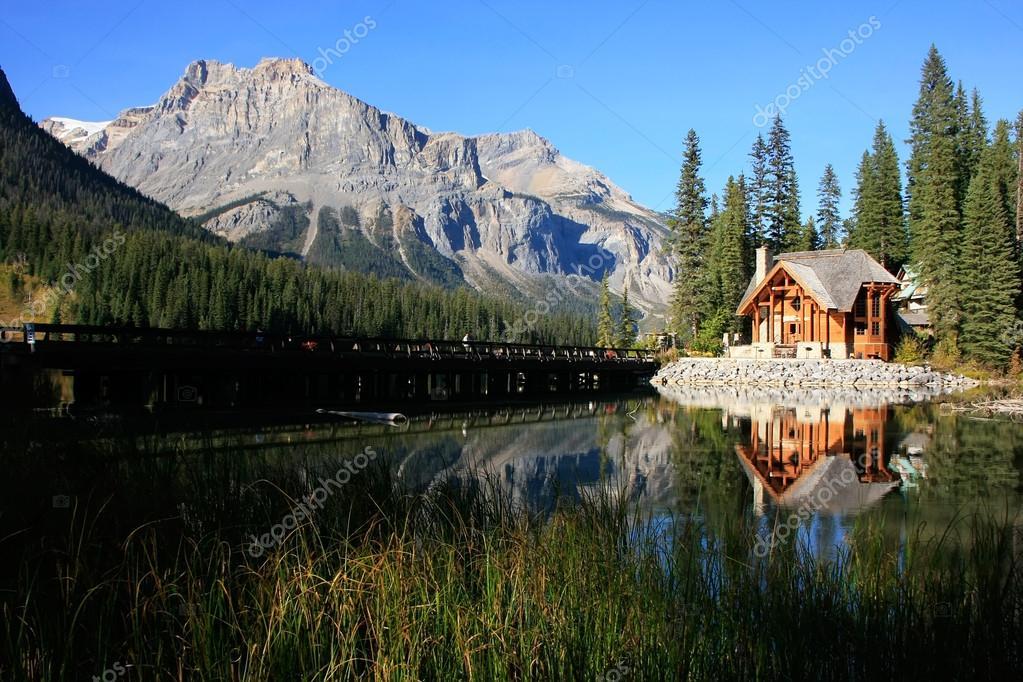 en bois au lac émeraude, yoho national park, canada — Photo #38316165