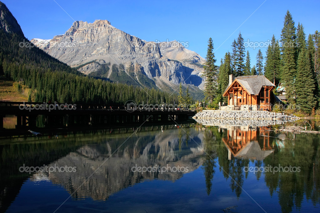 holzhaus am smaragdgr nen see yoho nationalpark kanada stockfoto donyanedomam 38316431. Black Bedroom Furniture Sets. Home Design Ideas