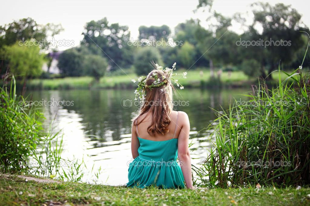 голая девочка на берегу реки картинки