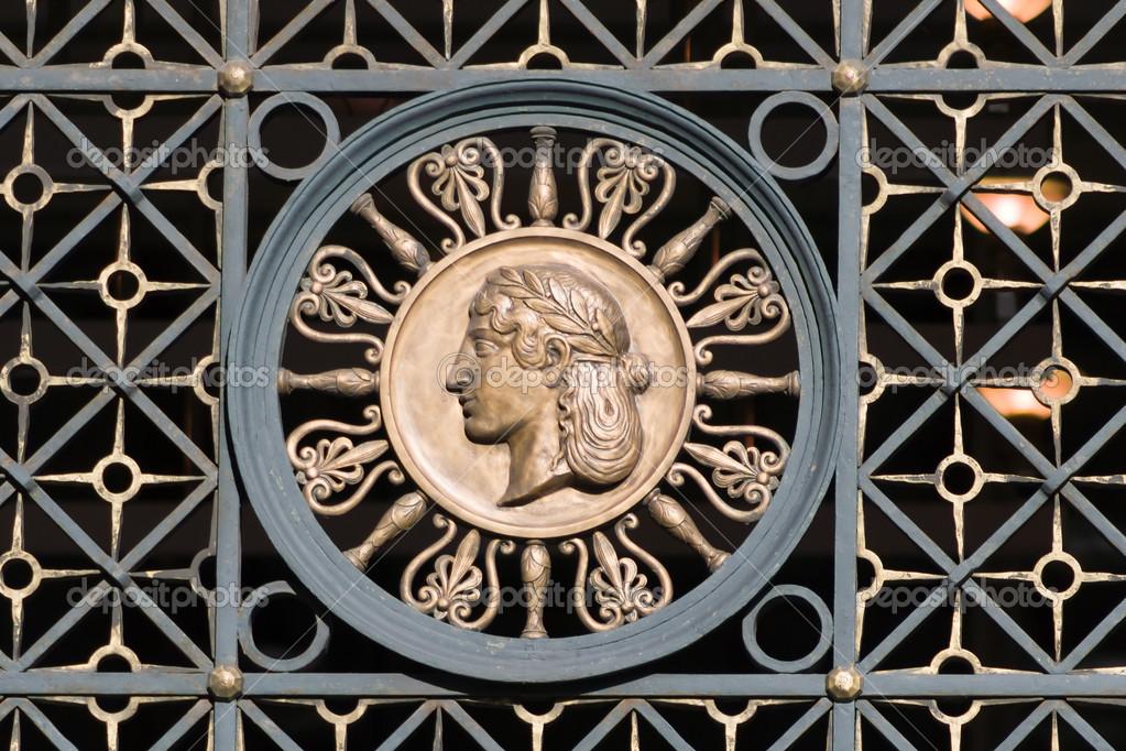 ornamento en antigua puerta forjada. una cabeza de mujer. Berlín ...