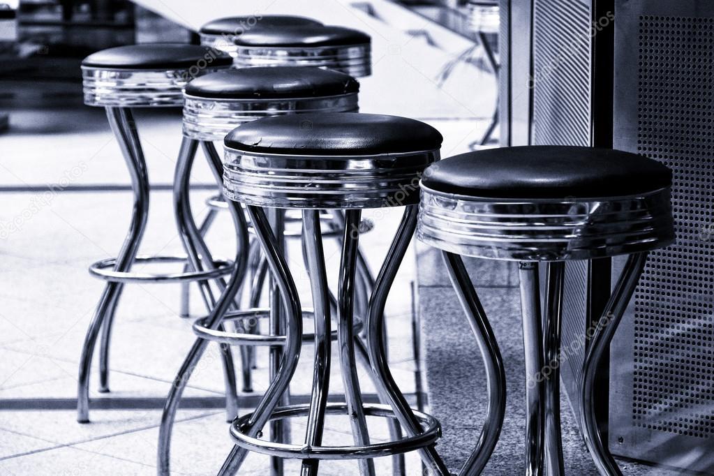 Sgabelli da bar bianco e nero tonificante u foto stock s kohl