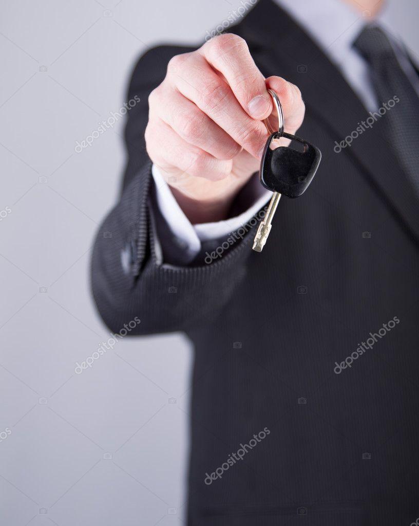 homme vendeur ou location de voiture quelqu 39 un de donner une cl de voiture photographie. Black Bedroom Furniture Sets. Home Design Ideas