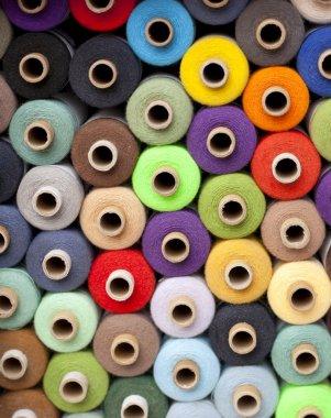 Multicoroled threads