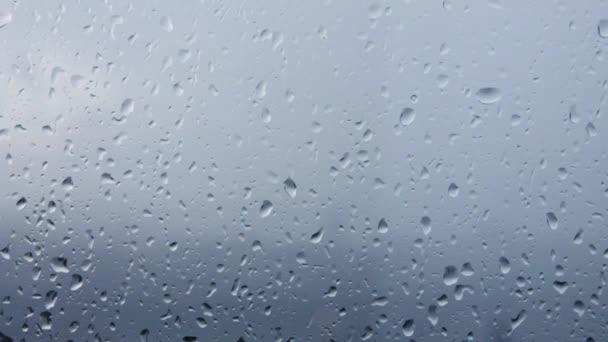 kapky vody na skle