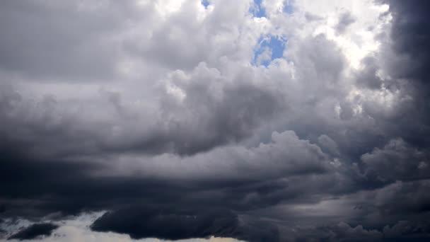 bouřlivá oblaka.