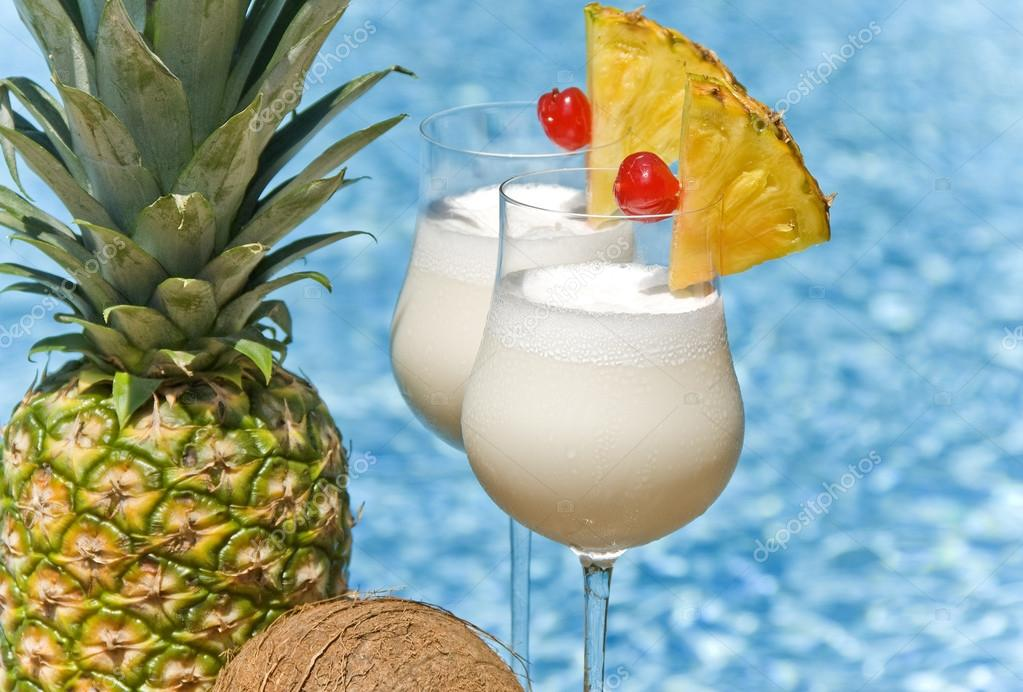 Häufig Pina Colada Cocktail by the Swimming Pool — Stock Photo © chiyacat  QC34