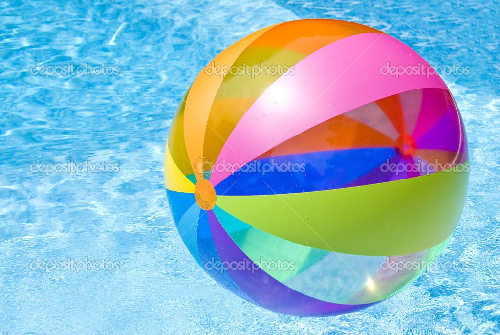 Bola de praia boiando na piscina stock photo chiyacat for Piscina de bolas minibe