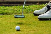 golfista uvedení golfový míček v otvoru