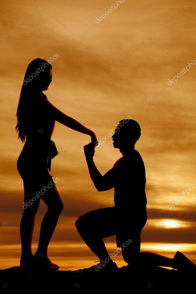 man propose to woman silhouette