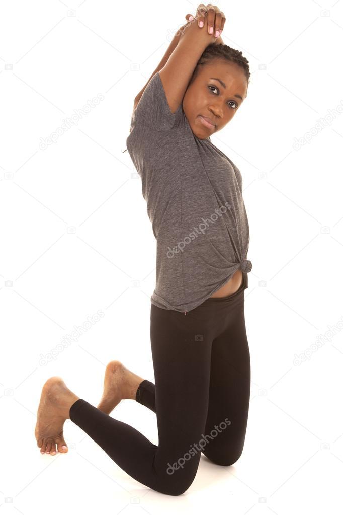 53012b5937d8 Donna del fitness grigio camicia stirata sulle ginocchia– immagine stock