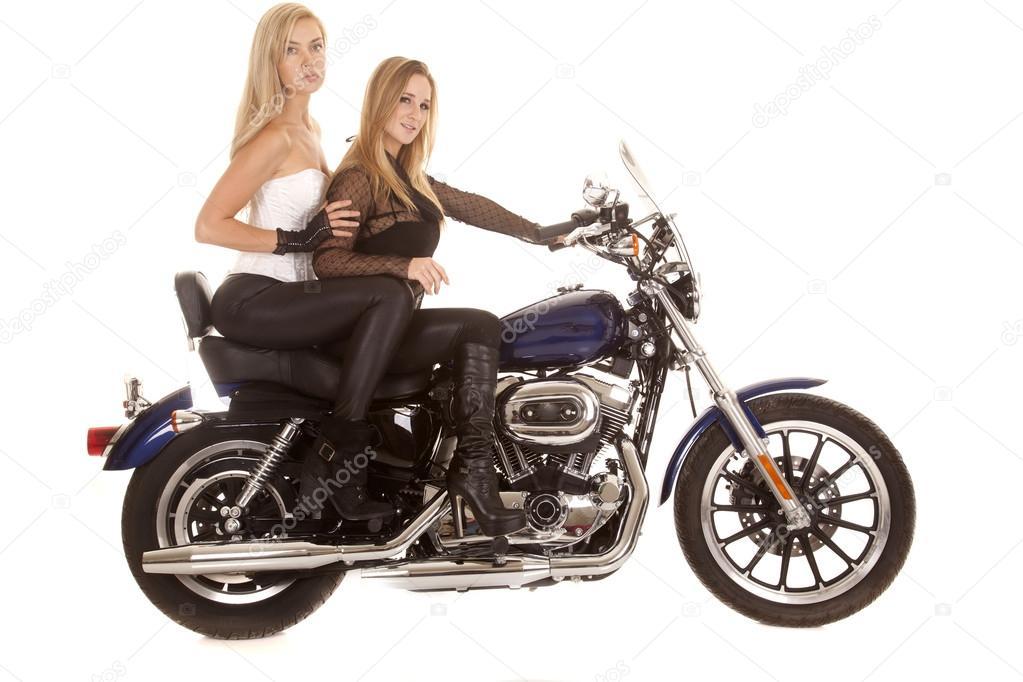 Zwei Frauen sitzen Motorrad Seite - Stockfotografie