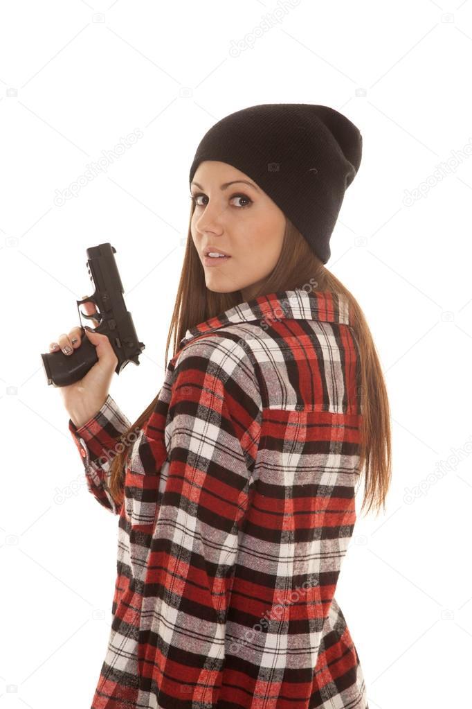 mujer con gorro y camisa a cuadros arma mira sobre hombro — Fotos de ...
