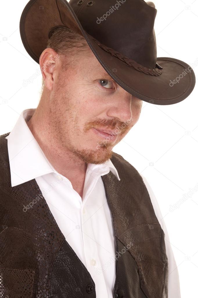 97a95417db980 Cowboy colete perto chapéu olhar pequeno sorriso — Fotografia de Stock