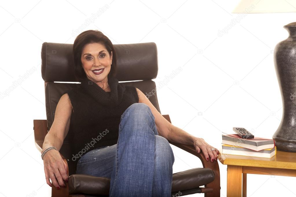 Stoel Voor Ouderen : Oudere vrouw zwarte top zitten stoel glimlach u2014 stockfoto