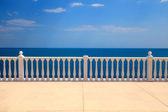 terase s balustrádou, s výhledem na moře