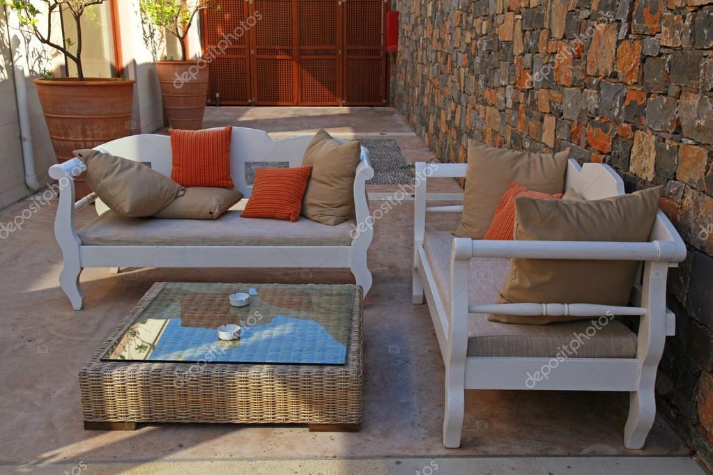 Schöne mediterrane Terrasse mit weißen Gartenmöbel ...