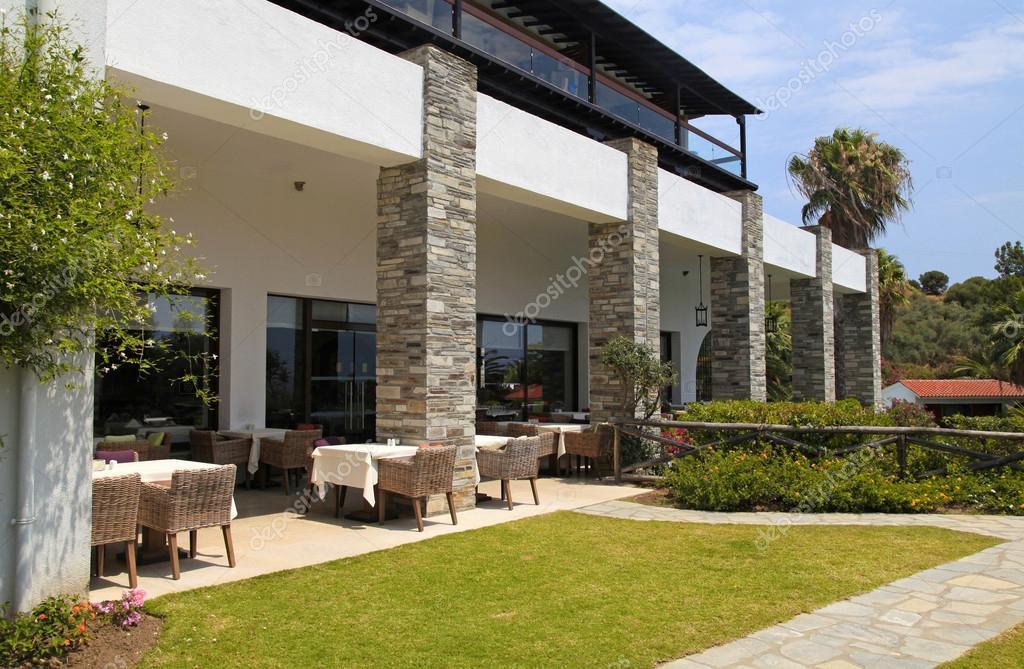 Café jardin terrasse avec des chaises en osier, Grèce ...