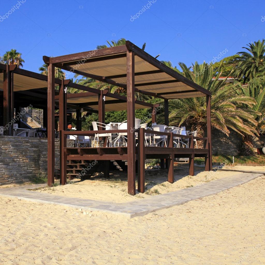 Cafeter a con terraza al aire libre en la playa de arena for Terraza decoracion apartamento al aire libre