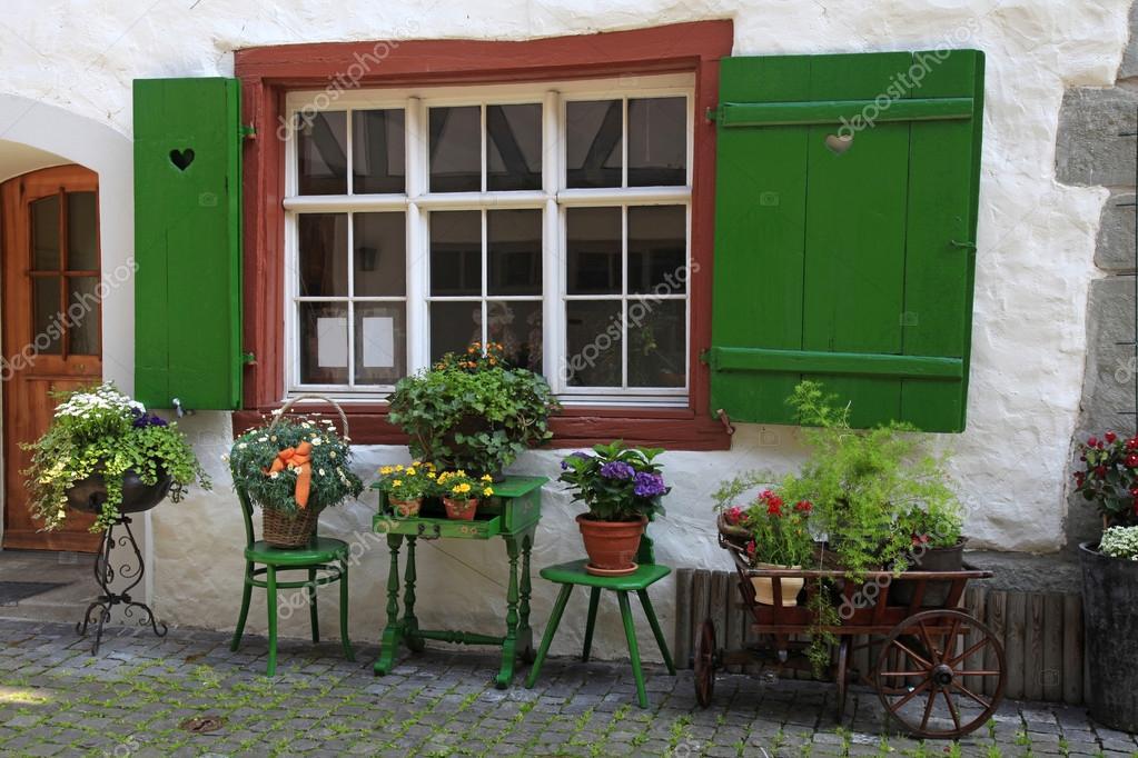 Fioriere Per Persiane ~ Rustico finestra con persiane verdi e fioriere u2014 foto stock © felker