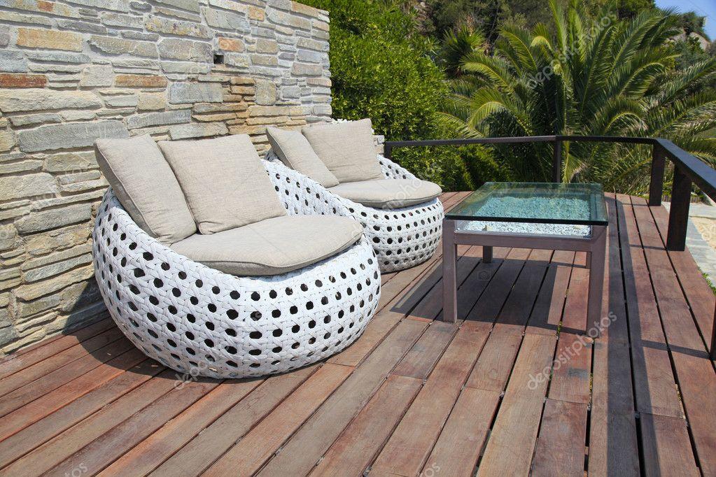 blanco muebles al aire libre en la terraza de madera resort — Foto ...