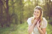 portrét krásné ženy, usmíval se venku