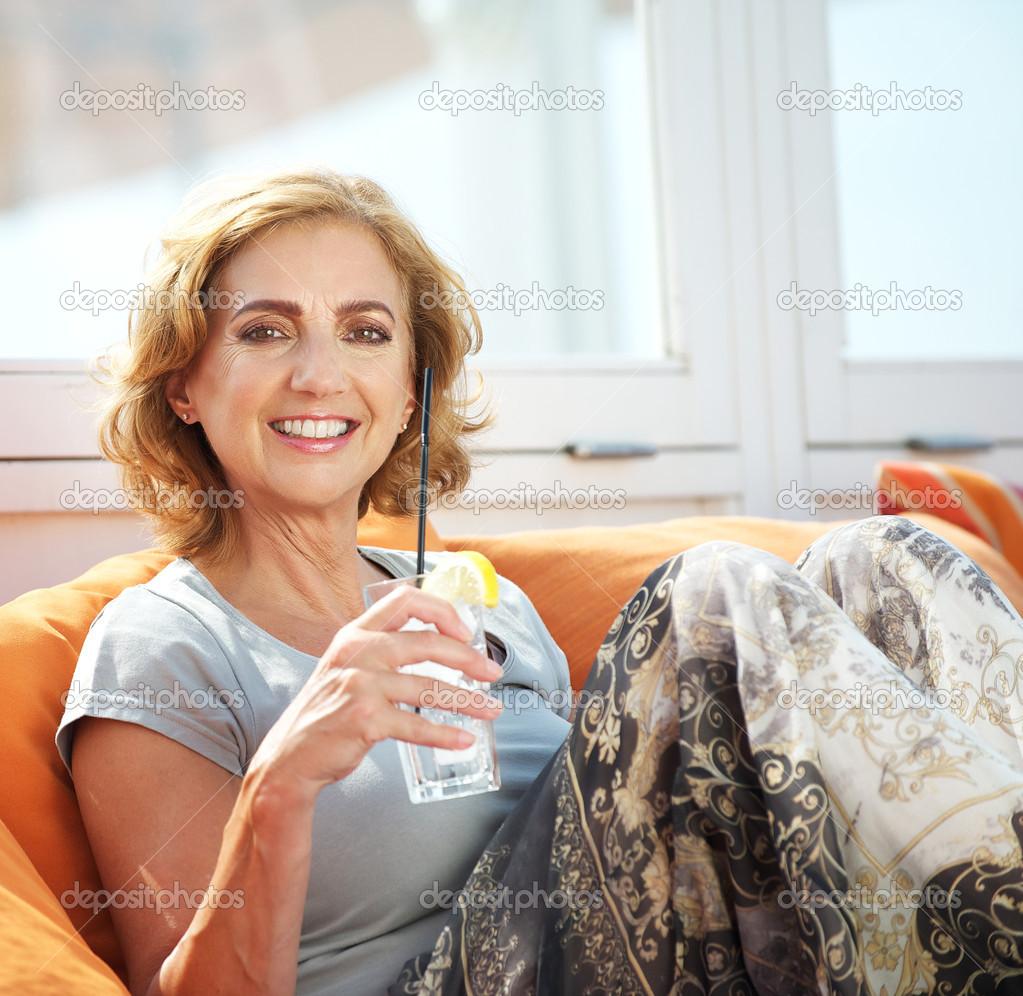 Attraktive ältere Frauen trinken im Freien