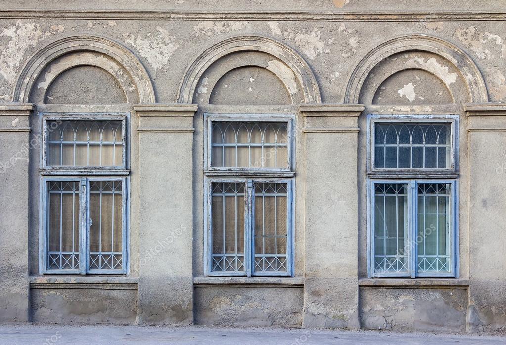 alte Fensterrahmen an die Rissige Wand — Stockfoto © pellinni #42864943
