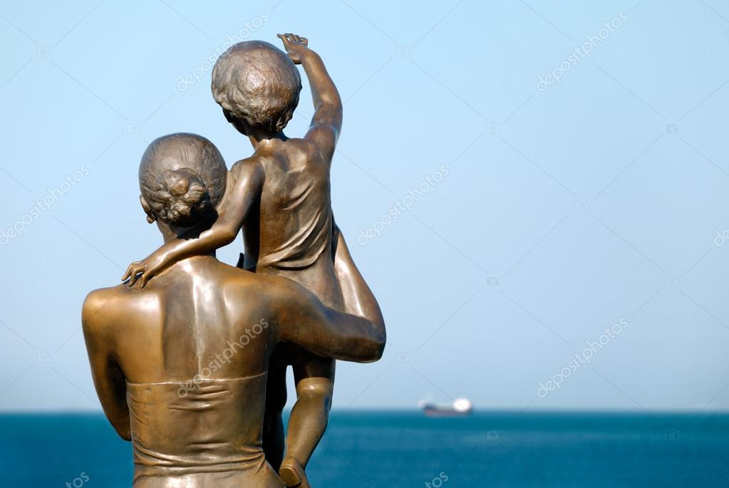 Sculpture of a family seeing off the ship