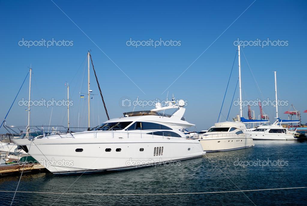 Yacht bianchi su un'ancora
