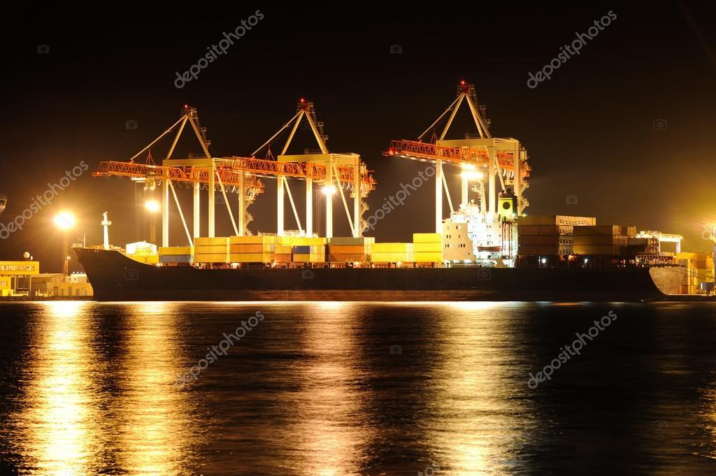 Barco de contenedores de carga en la noche foto de stock - Contenedores de barco ...